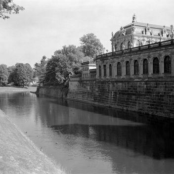 Dresden Klassik mit Weltax, Zwinger mit Graben - image gratuit #289063