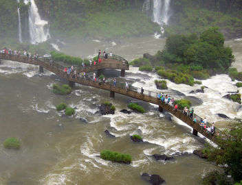 Argentina-Iguazu-Walkways allow close views of the falls - бесплатный image #299953