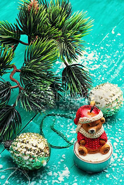 Weihnachtsschmuck, Kerzen und Tannenbaum-Zweig - Free image #302013