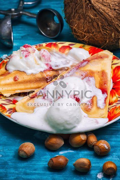 Gaufres avec la crème glacée, de noisettes et de noix de coco - Free image #302093