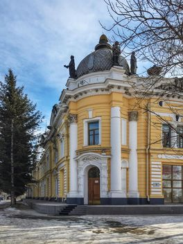 Yellow building in Blagoveschensk - image #302773 gratis