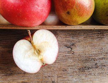 Apples on wooden table - image gratuit #303283