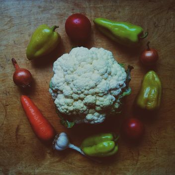 Still life with cauliflower, garlic, tomatoes, carrot, onions and peppers - image gratuit #304013