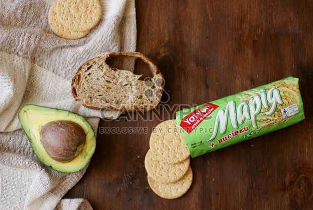 печенье и авокадо на столе - бесплатный image #304063