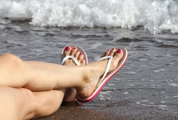 Woman feet in flip flops - image #305693 gratis