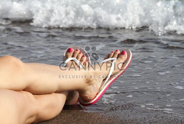 Femme pieds en tongs - image gratuit(e) #305693