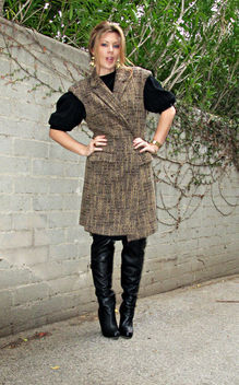 sleeveless coat+over the knee boots+black vintage dress+gold accessories - image gratuit #314533