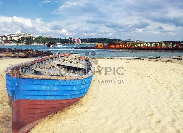 Рыбацкая лодка на пляже - бесплатный image #317393