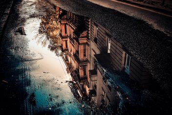 Reflection of houses in puddle - image gratuit #317403