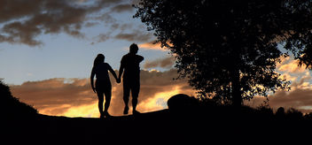 A couple walking in sunset silhouette. - image #318743 gratis