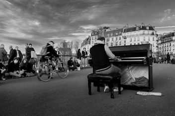 Street concert in Paris - image #320473 gratis