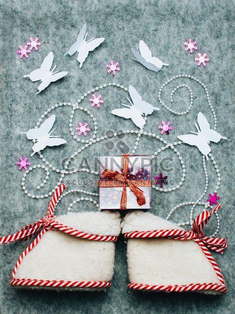Winzige Stiefel, Geschenk und Schmetterlinge - Kostenloses image #327283
