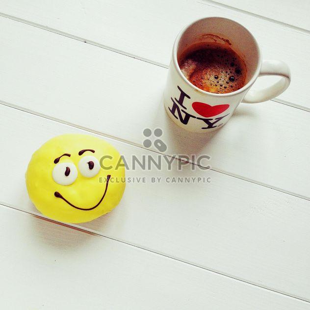 Желтый пончики и кофе, изолированные на белом фоне - бесплатный image #329183