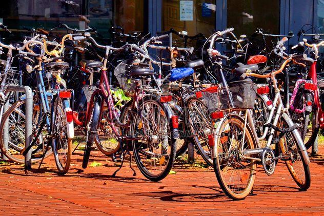 Fahrräder auf Parkplatz - Free image #330313