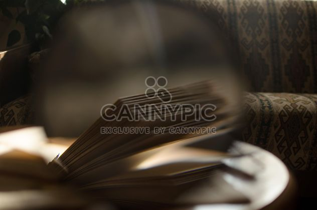 Желтые осенние листья через увеличительное стекло и палочки благовоний и книги - бесплатный image #330413