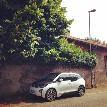 White BMW i3 car parked on street - image #331463 gratis