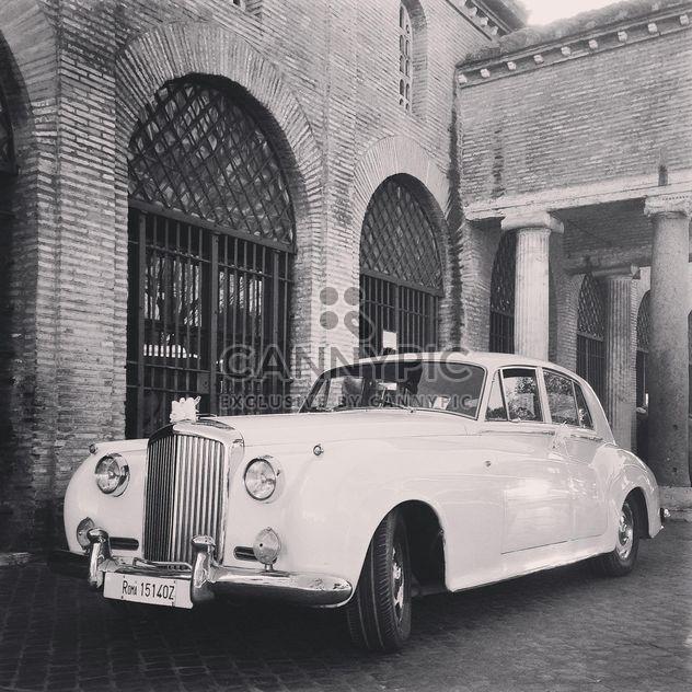 Bentley branco perto do antigo edifício de tijolo, preto e branco - Free image #331833