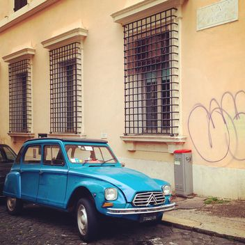 Old blue Citroen car near the house - image gratuit(e) #331893