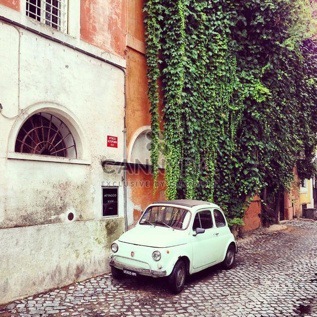 Blanc Fiat 500 garée près du bâtiment ancien - image gratuit #331913