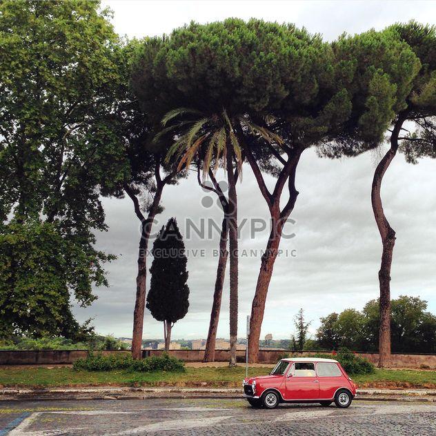 Маленький красный автомобиль на дороге - бесплатный image #331993