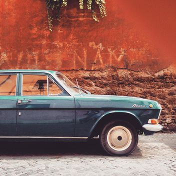 Volga car near building - image gratuit #332043
