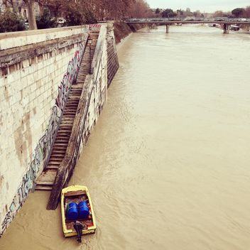 Small boat on river in Rome - бесплатный image #332053
