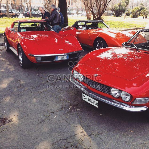Antigos carros vermelhos na rua - Free image #332223