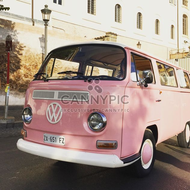 Antigua furgoneta Volkswagen rosa - image #332353 gratis