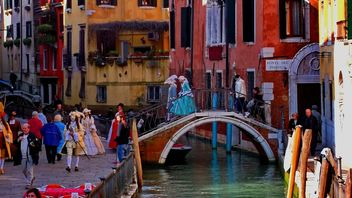 Gondolas on canal in Venice - image #333643 gratis