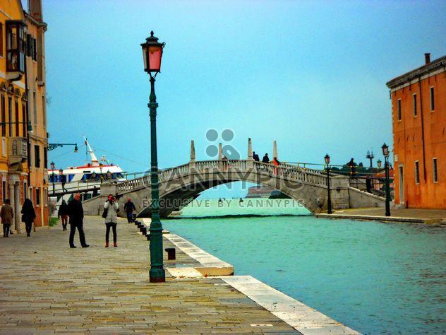 Turistas caminando por Venecia enbankment - image #334993 gratis