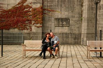 Elderly couple on the bench - image #335053 gratis