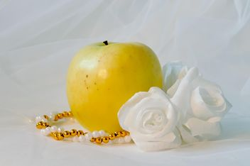 Apple, white roses and beads - бесплатный image #337823