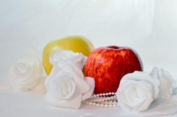 Apples, white roses and beads - image gratuit #337833