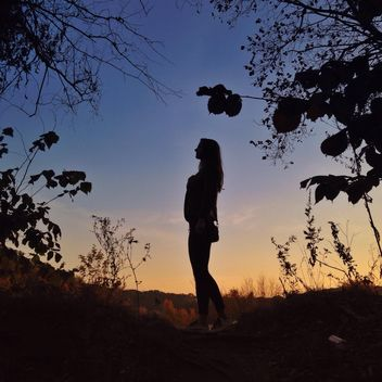 Girl in autumn evening - image gratuit #338543