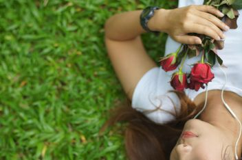 Girl with roses on grass - image #339223 gratis