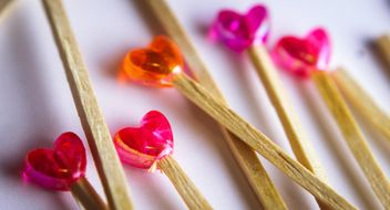 Little wooden sticks with little red and pink hearts - image gratuit(e) #341473