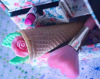 Pink makeup brush and pearls on a plate with colorfull nail polish and wooden letters - бесплатный image #341533