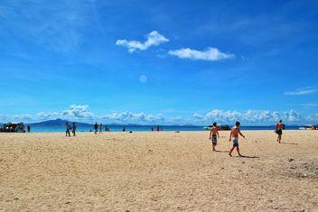 People at the sea sand at krabiisland, thailand - image #342463 gratis