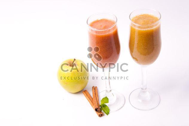 Jus d'agrumes frais dans deux verres à la cannelle et pommes - Free image #342503