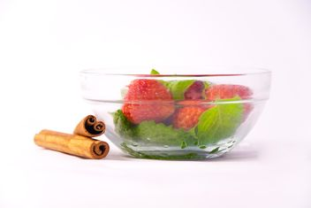 Fresh strawberry with mint and cinnamon on white background - image gratuit(e) #342513