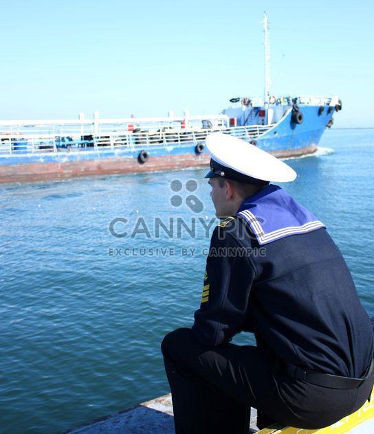 Матрос Одесса, глядя на корабль в порту - бесплатный image #342593