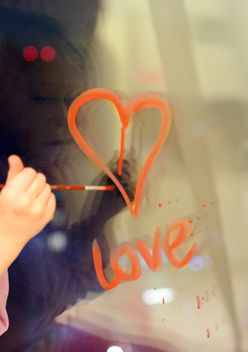drawing hearts on the window - image gratuit #342873