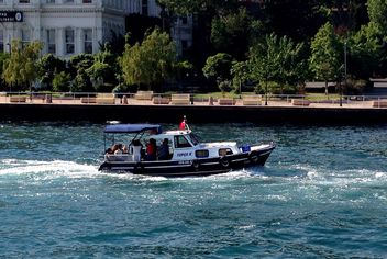 Motor ship with passengers floating through Bosphorus - бесплатный image #344023
