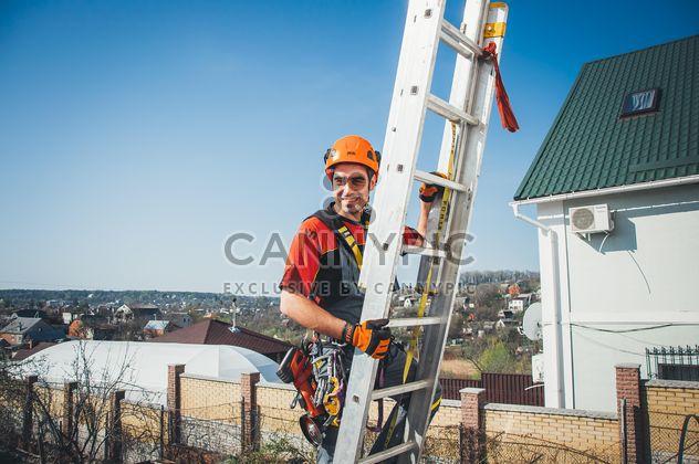 Счастливый промышленный альпинист на стремянка - Free image #344533