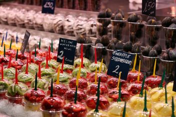 Fresh fruits in plastic cups at market - бесплатный image #344553