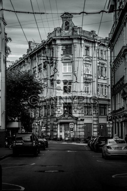 Architektur und Autos auf den Straßen von Moskau, schwarz-weiß - Kostenloses image #344573