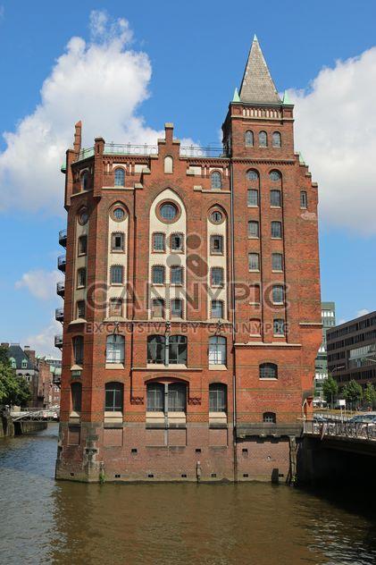 Edificio en canal, en Hamburgo, Alemania - image #346273 gratis