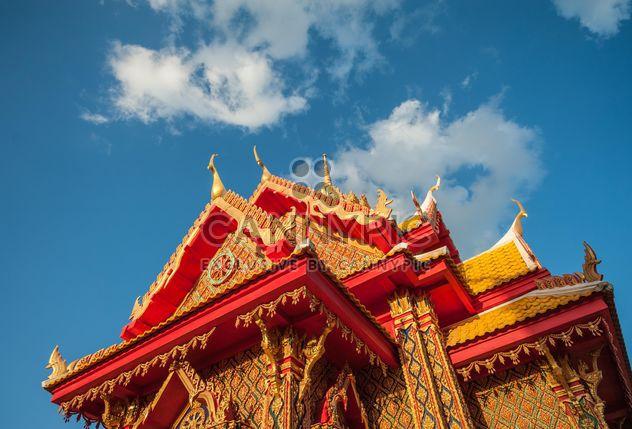 Тайский храм против голубого неба, вид снизу - бесплатный image #347193