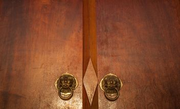 Wooden door with knockers closeup - image gratuit(e) #347293