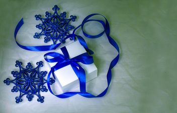 Christmas decorations and gift on white background - image gratuit #347813